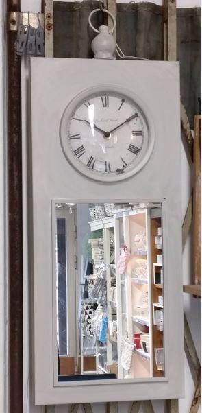 Myymälässä otettu kuva vaaleasta (kitti) kellosta - tässä valossa näyttää ennemmin harmaalta...