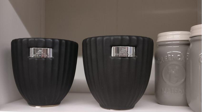 Musta, mattapinta (kuvassa toinen näyttää tummemmalta, ovat kuitenkin molemmat yhtä tummia).