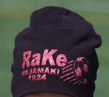 Musta pipo pinkillä glitter-logolla