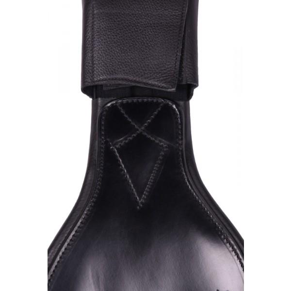Nahkaiset läpät solkien päällä estävät solkia painamasta kainaloon tai hiertämästä saappaita, ja vakauttavat vyötä.