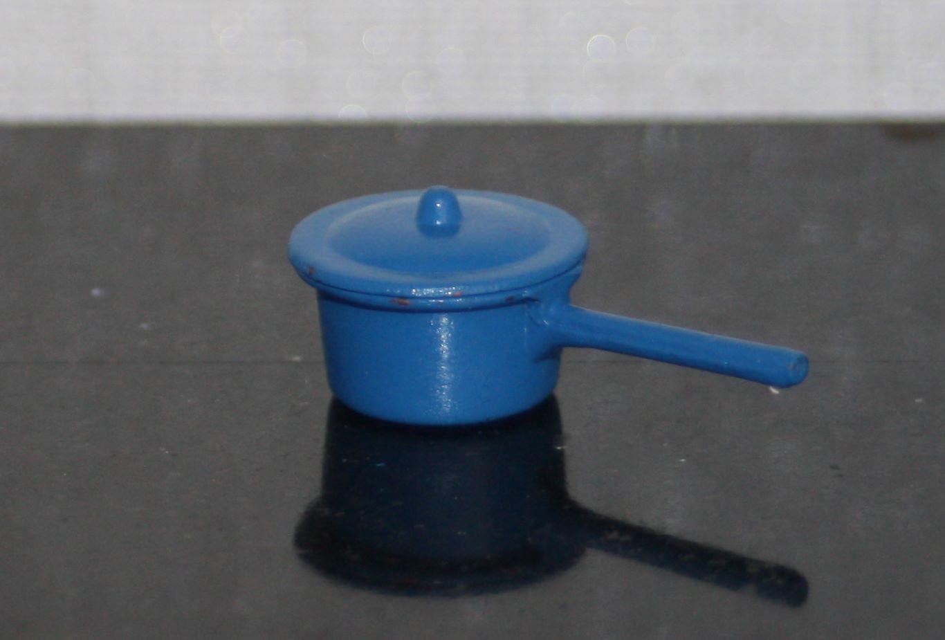 Nukkekodin sininen kasari kannella